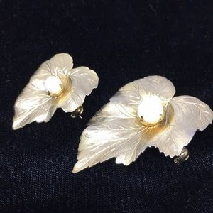 Vintage Sarah Coventry gold tone pearl brooch pins